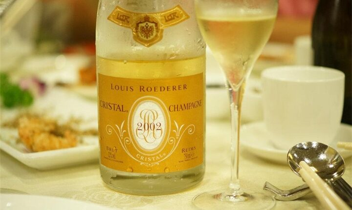 Денег нет. Кремль закупает дешёвое шампанское. Всего 37 тыс. за бутылку!