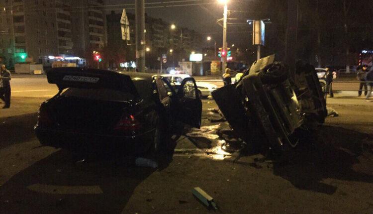 Мерседес протаранил такси. Четверо убиты, трое ранены, у водилы ушибы. Кто был за рулём? ВИДЕО