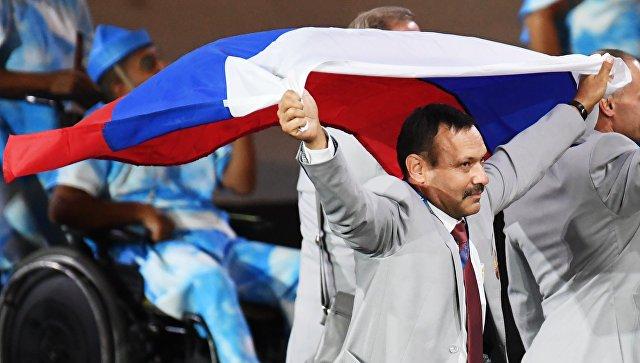 «Не жирно ли будет?» Россияне возмущаются идее подарить квартиру белорусу, который пронёс флаг РФ на Паралимпиаде
