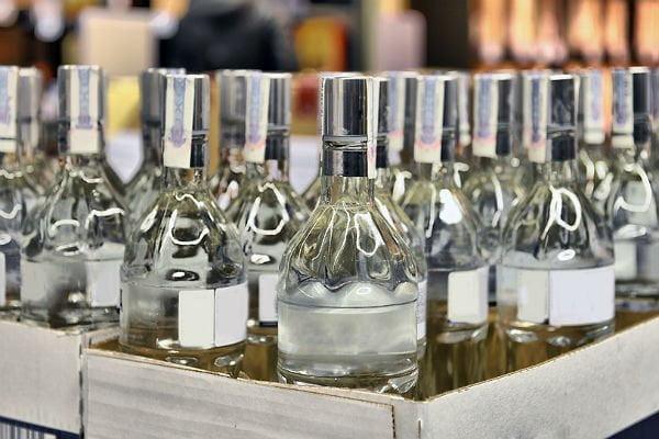 В Троицке продавали местный и казахский самогон под видом водки, рома и коньяка