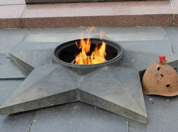 Подростки-вандалы из Кыштыма забросали пламя Вечного огня снегом