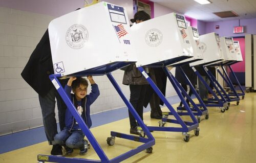 epa05622513 Sam Price, 4, waits as his dad, Joe, fills out a ballots at a polling location for the 2016 US presidential election in an elementary school in Brooklyn, New York, USA, 08 November 2016. Americans are voting on Election Day to choose the 45th President of the United States of America who will serve from 2017 through 2020. EPA/JUSTIN LANE