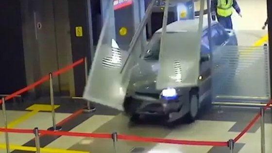 Обкуренный экс-полицейский на «Ладе» катался по терминалам аэропорта. ВИДЕО