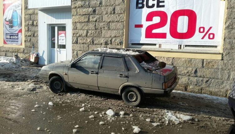Ледяная глыба в Челябинске «разбомбила» машину