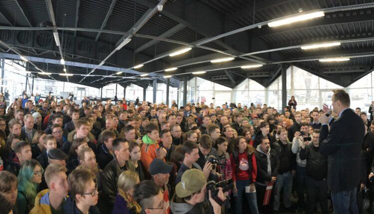 В Челябинске Навального встретили 300 человек