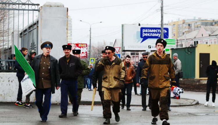 В сквере Колющенко Навального встречают казаки с нагайками