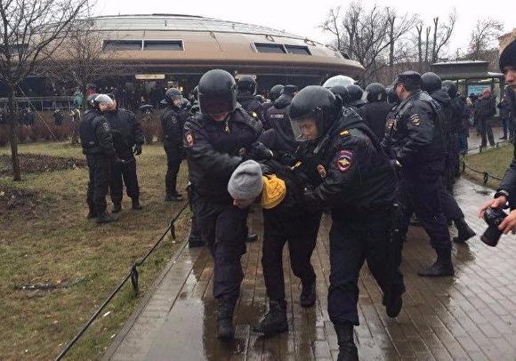 На акции «Надоел!» в Питере начались задержания