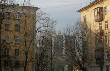 Крепкие пятиэтажки на дорогой земле – под снос, а бараки пусть постоят