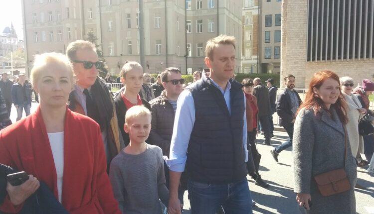 Бойцы ОМОНа вывели Алексея Навального с митинга против реновации