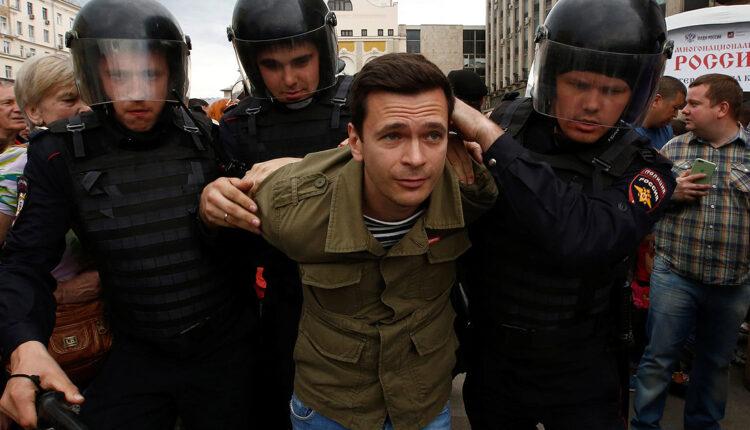 Иностранец, депутат, член Центризбиркома: кого задержали на митинге 12 июня