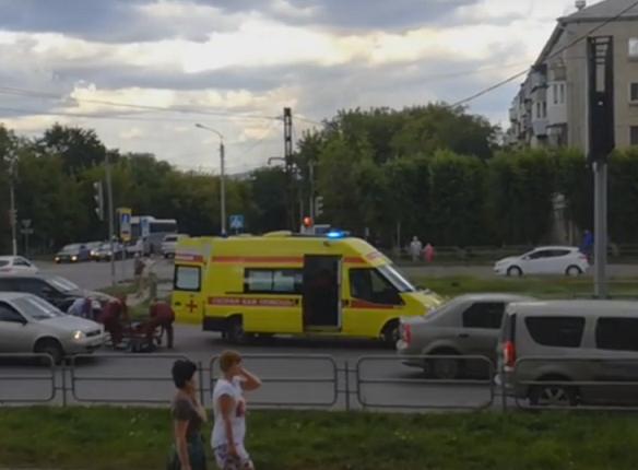 Южноуральская велосипедистка в наушниках врезалась в «Скорую», которая везла умирающую девушку. ВИДЕО