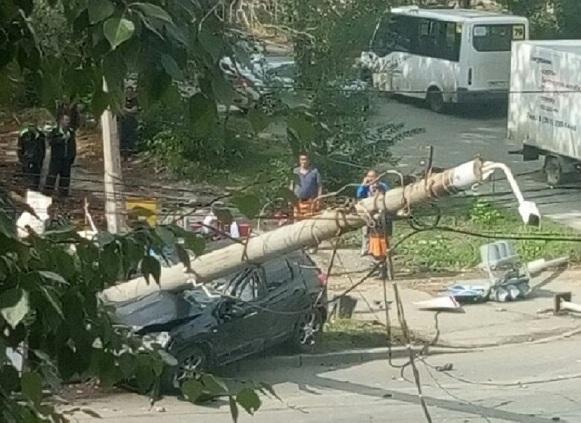 Страшное ДТП в Челябинске: сбиты столб и светофор, заискрили провода