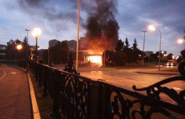 Теракт на Урале: «УАЗ» с газовыми баллонами протаранил кинотеатр и загорелся. ВИДЕО