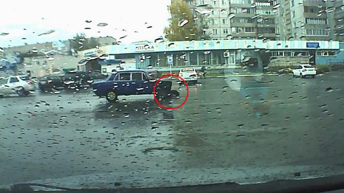 Малолетки сбили пенсионера на пешеходном переходе и протащили его тело по дороге. ВИДЕО