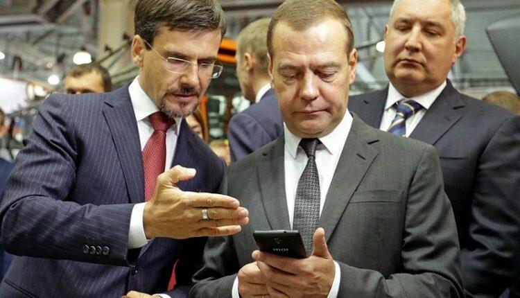 «Если вы не дебил, вы не купите этот хлам»: Дмитрию Медведеву не нужен российский смартфон