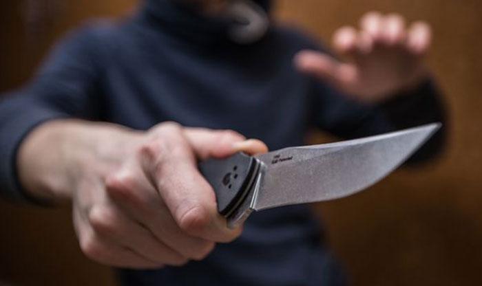 Нападение на полицейского в Челябинске: преступник набросился с ножом