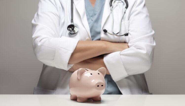 Денег на зарплаты врачам не хватает. А к 2019 году они и вовсе закончатся