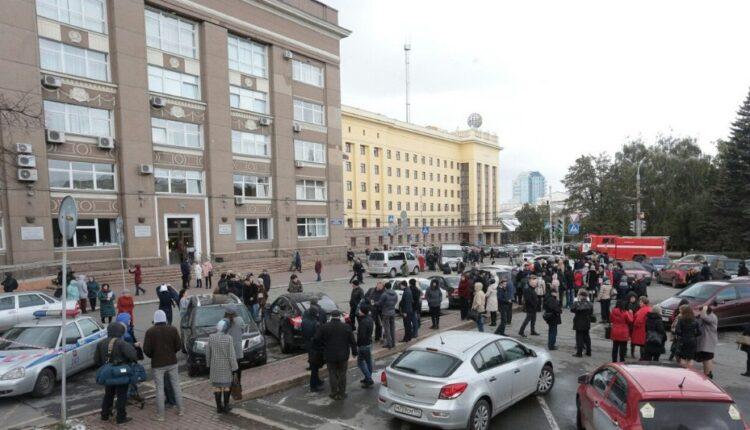 Челябинское правительство и мэрию срочно эвакуировали из-за угрозы взрыва. ВИДЕО