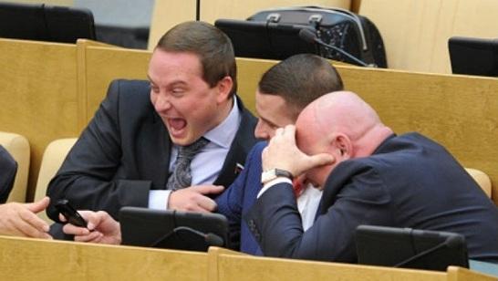 И жизнь хороша: российским чиновникам и депутатам в 2018 году повысят зарплату