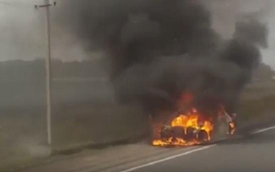 Посреди трассы под Челябинском вспыхнула машина и сгорела дотла. ВИДЕО