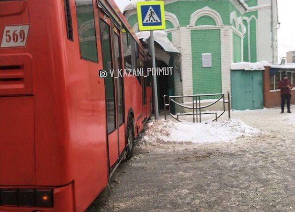 Второе ЧП с автобусом за день. Теперь уже мечеть в Казани