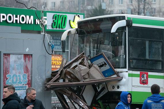 Пассажирский автобус врезался в людей в Москве. Второй теракт за неделю?