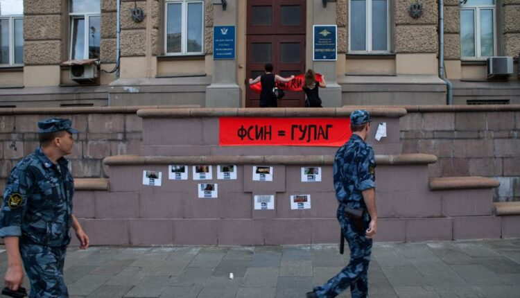 Активисты Мария Алехина и Дмитрий Энтео устроили акцию на крыльце ФСИН