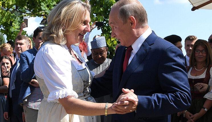 Путин сплясал на свадьбе главы МИД Австрии. ВИДЕО