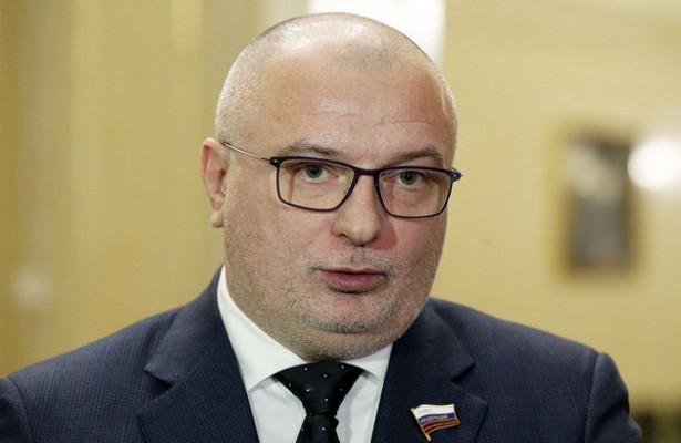 Сенатор, владеющий загородным домом в Швейцарии, предложил ввести наказание за неуважение к власти