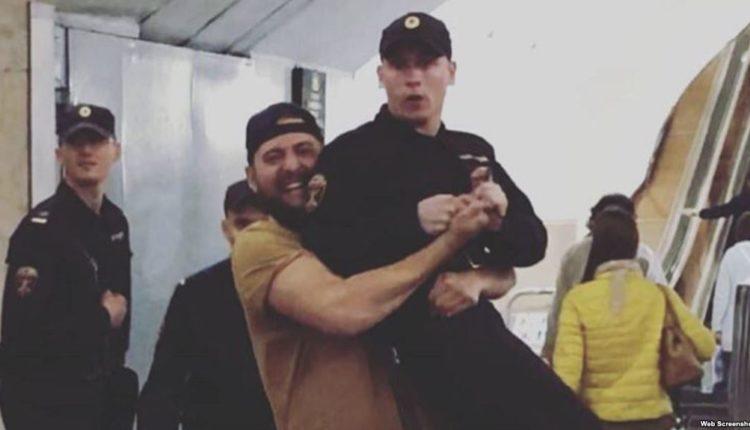 Осужден москвич, носивший росгвардейца на руках. ВИДЕО