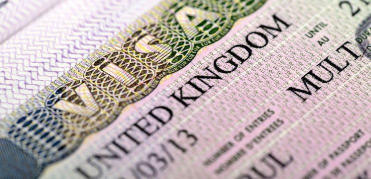 Состоятельным россиянам станет сложнее купить инвестиционную визу Великобритании. Пока их выдача приостановлена