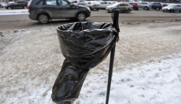 «Это передовой зарубежный опыт». Вместо обычных урн на улицах Челябинска появились кольца с мешками, которые в народе стали именовать «презервативами Елистратова». ФОТО, ВИДЕО
