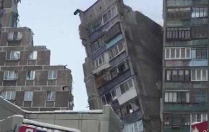 Неожиданный снос аварийной части магнитогорской многоэтажки, оставшейся после обрушения подъезда, обернулся скандалом для губернатора Дубровского. ВИДЕО