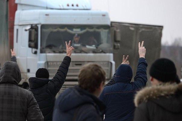 Дальнобойщики перекрыли дороги в знак протеста против низких тарифов на перевозку зерна