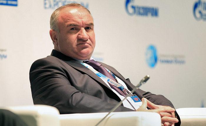 Помимо сенатора Арашукова, силовики задержали его отца. Их подозревают в хищении 10 млрд рублей