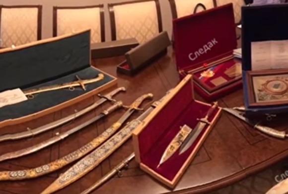 У семьи сенатора Арашукова изъяли золотые слитки, сабли, ножи и наличность в долларах. ВИДЕО