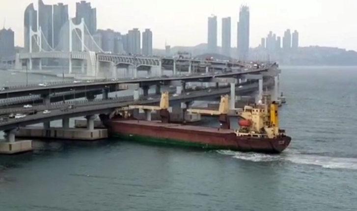 Российский корабль с пьяным капитаном протаранил мост в Южной Корее. ВИДЕО