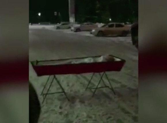 Жительница Самары привезла гроб с телом мужа к зданию областного правительства. ВИДЕО