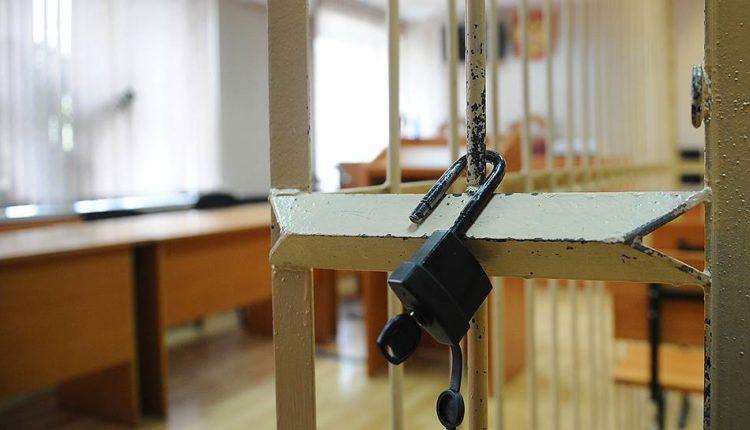 Медведев поручил проработать запрет на клетки и «аквариумы» в залах судебных заседаний