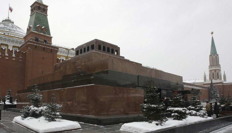 Весеннее обострение началось: мужчина пытался разбудить Ленина, облив мавзолей оливковым маслом и крича «Вставай!»