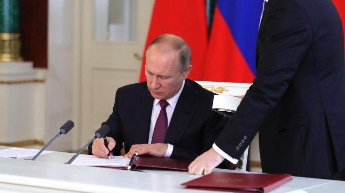 Президент Путин подписал скандальные законы о фейковых новостях и оскорблении власти