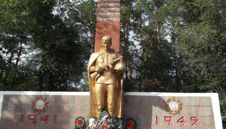 В Нижегородской области чиновники покрасили в ярко-розовый цвет мемориал погибшим в Великую Отечественную войну. ФОТО