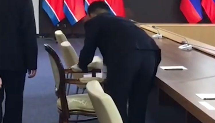 Охрана Ким Чен Ына протерла его стул спиртом перед началом переговоров с Путиным. ВИДЕО