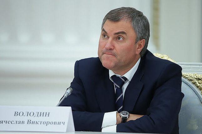 Володин отмахнулся от саратовского журналиста, спросившего его о заочном голосовании в Госдуме, и натравил на него своего охранника