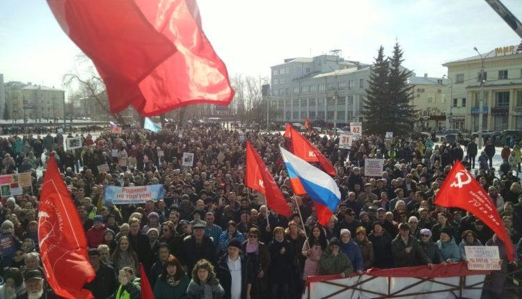 Жители Архангельска провели несанкционированный митинг против того, чтобы в регион свозили отходы из Москвы. ВИДЕО