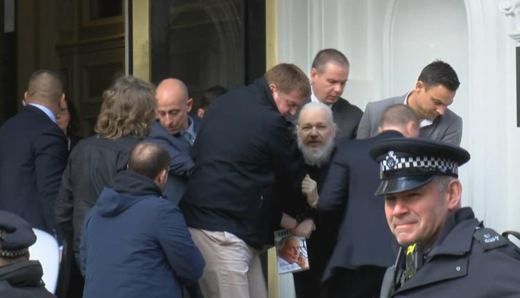 Основатель WikiLeaks Джулиан Ассанж арестован после почти семи лет пребывания в посольстве Эквадора в Лондоне. ВИДЕО