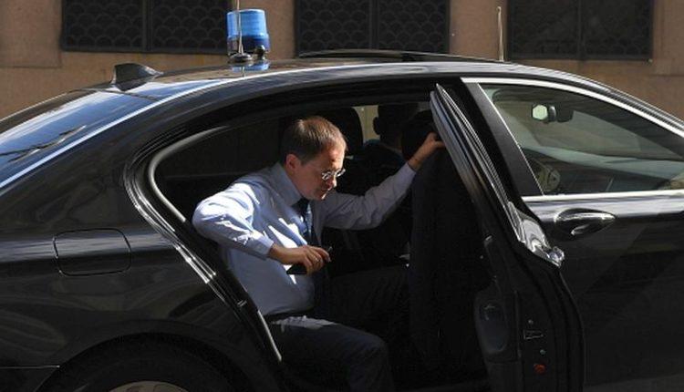 Управделами президента сдало в аренду люксовый авто с мигалкой за 6,5 млн рублей министру культуры Мединскому