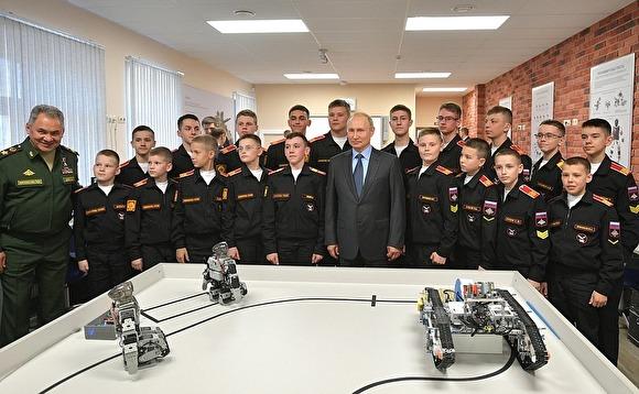 В Суворовском училище Владимиру Путину продемонстрировали южнокорейских роботов под видом собственной разработки
