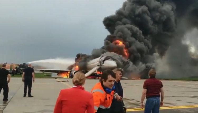 Появилось новое видео горящего в Шереметьево самолета, на котором запечатлены первые минуты после эвакуации. ВИДЕО