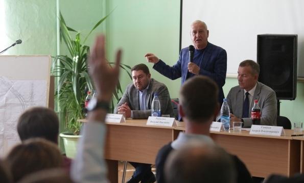 «Уберите ее к чертовой матери». «Авторитетный» депутат Рыльских вышел из себя во время публичных слушаний и нахамил женщине. ВИДЕО